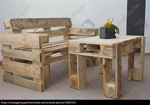 Robuste sitzbank und tisch aus paletten lizenzfreies for Tisch aus paletten