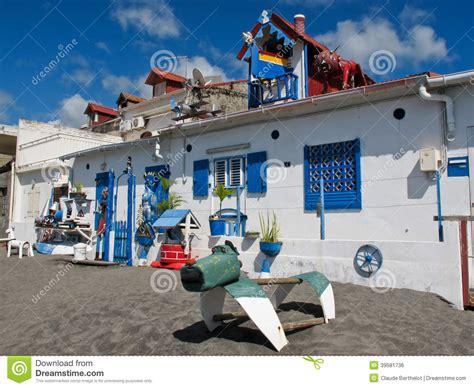 bien a la maison de maison bien d 233 cor 233 e artistique et 233 trange sur la plage photo stock image 39581736