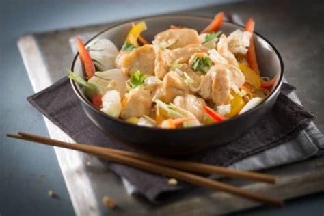 recette de cuisine au wok recette de wok de poulet et légumes au satay facile et rapide
