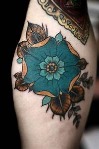 51 Marvelous Vintage Shoulder Flower Tattoos