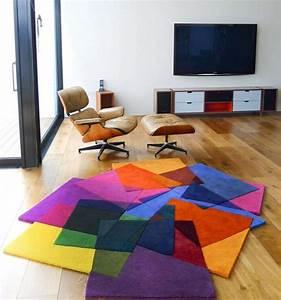 tapis de salon moderne 42 idees qui vont vous charmer With tapis moderne coloré
