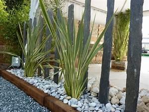massif contemporain piquets d39ardoise phorniums galets With leroy merlin piscine bois 12 comment creer un jardin minerale et zen