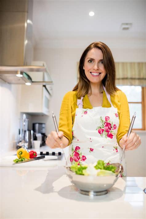 femme dans la cuisine femme préparation de la salade dans la cuisine