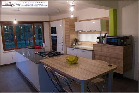 cuisine grise plan de travail blanc photos de cuisines réalisées sur mesures et installées sur