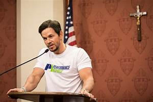 Mark Wahlberg brings good vibrations to Chicago for ...