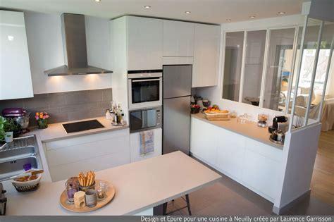 cuisine et decoration cuisine blanche moderne avec verrière et ilôt central 3