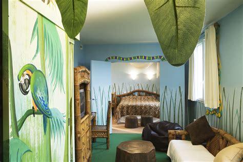 hotel chambre a theme explorers hotel at disneyland sur hôtel à