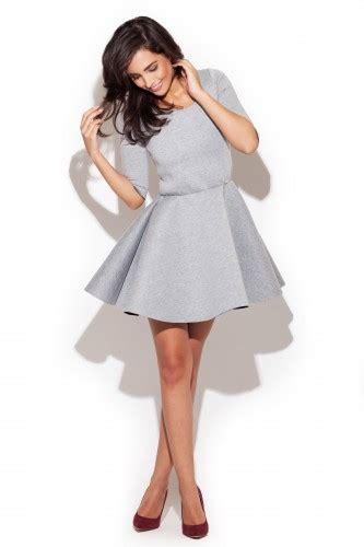 szara rozkloszowana sukienka z dekoltem w ł 243 dkę na