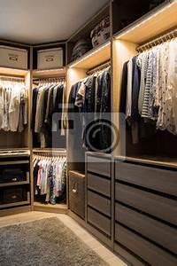 Kleiderschrank Kleiner Raum : luxuri ser begehbarer kleiderschrank mit beleuchtung und schmuckdisplay wandposter poster ~ Markanthonyermac.com Haus und Dekorationen
