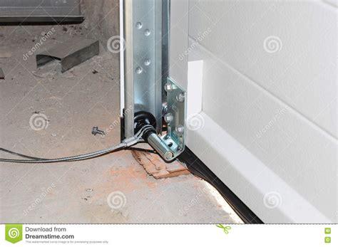 ressort de porte de garage fermez vous sur installer la porte de garage installation de rail et de ressort de courrier de