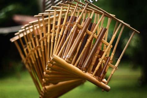 Contoh alat musik yang digesek diantaranya yaitu biola, rebab dan selo. 44 Gambar Alat Musik Tradisional Indonesia Serta Daerah Asal - Satu Jam