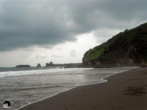 wisata pantai jember pantai watu ulo indahnya