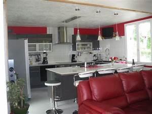 Cuisine grise et rouge photo 1 5 3511412 for Deco cuisine avec chaise de salon grise