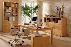 Bureau en bois moderne. le bureau en bois massif est une classique