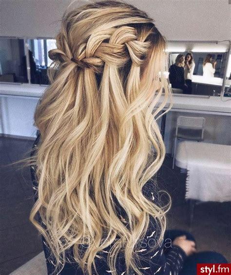 fryzury blond wlosy fryzury dlugie na  dzien krecone rozpuszczone blond czekoladka