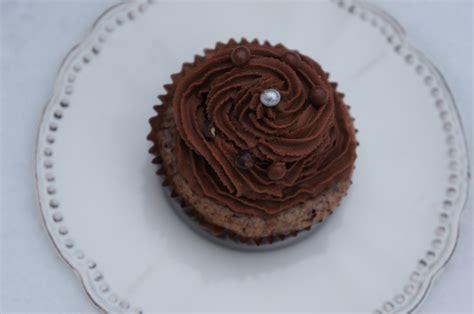 ganache mont 233 e au chocolat noir pour sublimer vos cupcakes