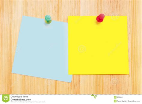 post it sur bureau pc notes de post it sur le bureau en bois image stock image
