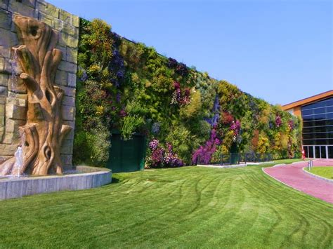 Largest Vertical Garden by The Largest Vertical Garden In The World 171 Twistedsifter