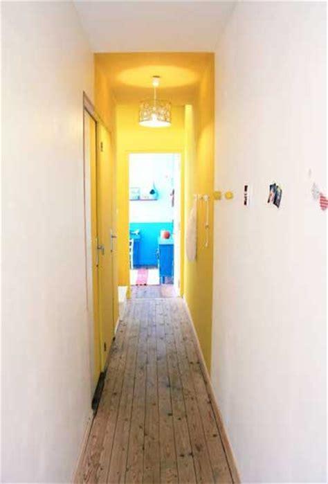 lumineuse couleur jaune dans un couloir 233 troit