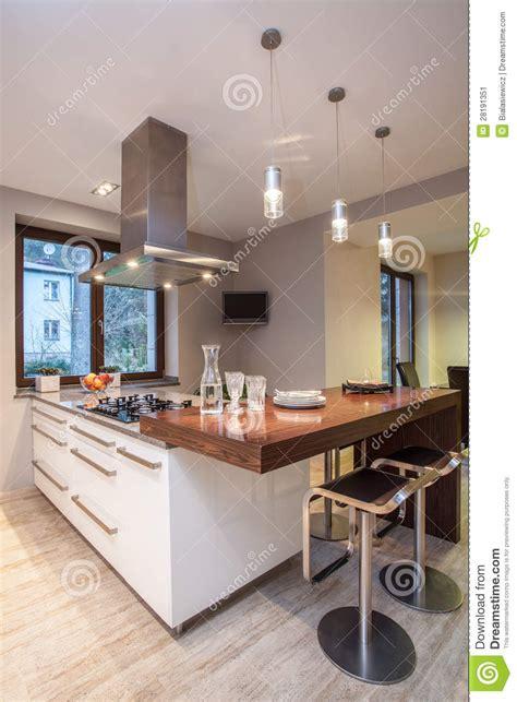 tele cuisine maison de travertin cuisine avec la tv image stock
