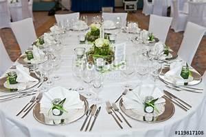 Festlich Gedeckter Tisch : festlich gedeckter tisch im restaurant stockfotos und lizenzfreie bilder auf ~ Eleganceandgraceweddings.com Haus und Dekorationen