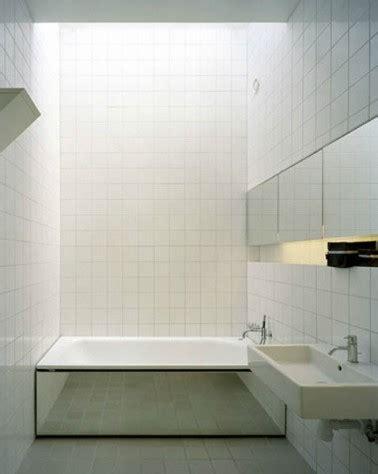 salle de bain carrelage blanc tablier baignoire en miroir