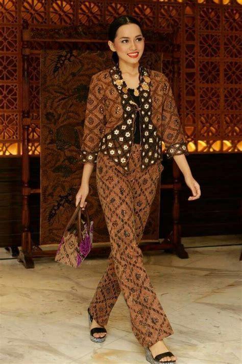 contoh model baju batik wanita terbaru  model