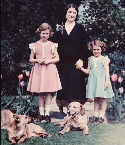 April 1926 als elizabeth alexandra mary in mayfair, london) aus dem haus windsor ist seit 1952 königin des vereinigten königreichs großbritannien und nordirland sowie in personalunion von 15 weiteren. Seltene Fotos von Elizabeth II., die nur für Mitglieder ...