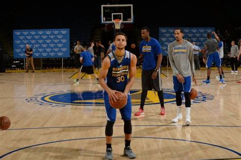 stephen curry   warriors warm    oracle arena
