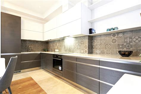 Klasisks mūsdienīgas stūra virtuves dizains - Virtuves.lv