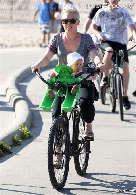 siège vélo bébé avant pink s 39 offre une balade à vélo avec sa fille sur le siège