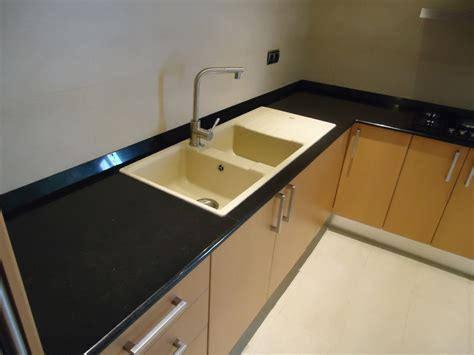 foto cocina en granito negro intenso de marmoles