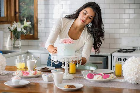 femme qui cuisine comment réussir ses gâteaux cakes et pâtisseries magazine avantages