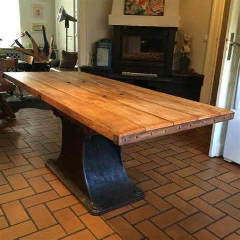 table industrielle avec un pateau en bois de ch 234 ne ancien et un pied d une ancienne machine d