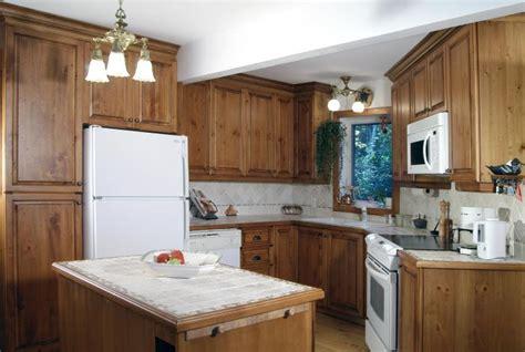 armoire de cuisine en pin a vendre cuisine rustique pin noueux martelé tablette