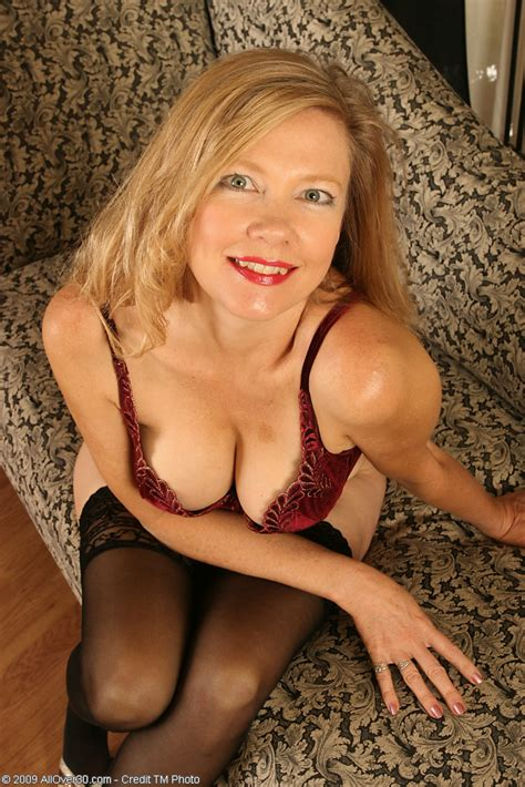 lilli relaxes and starts toying her 48 year old milf pussy pichunter
