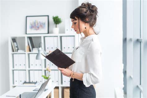 ufficio sta lavoro bello assistente femminile chiama facendo uso