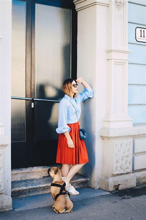 roter plissee rock oversize bluse und isabel marant gilly