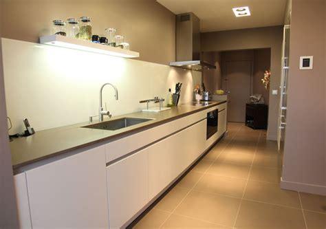 table blanche cuisine une cuisine couloir très design inspiration cuisine