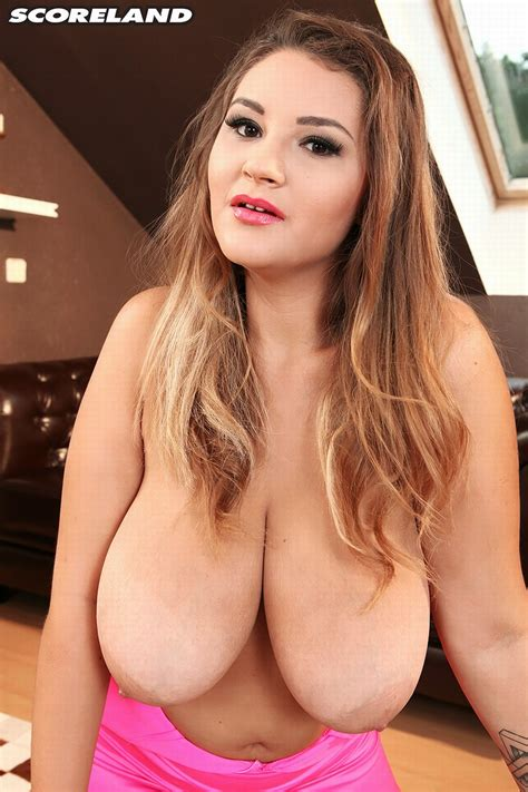 New discovery: Daria presents her big boobs for Scoreland