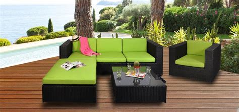 salon de jardin colore des meubles design autour de la piscine paperblog