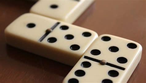 dominoes    set  pastimes