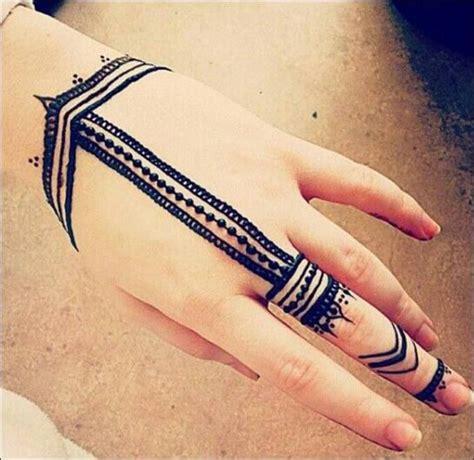 Sulit diprediksi darimana henna berasal sebab seni ini diperkirakan telah. 100 Gambar Henna Tangan yang Cantik dan Simple Beserta Cara Membuatnya | Mehndi designs, Mehndi ...