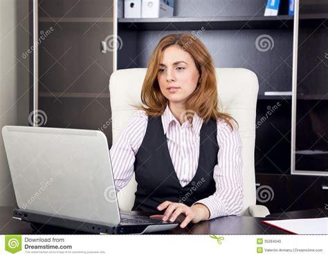 bureau femme femme s 39 asseyant dans le bureau dactylographiant sur