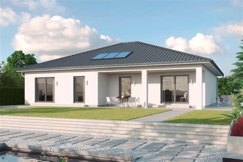 Walmdachbungalow Mit Putzfasse Und überdachter Terrasse
