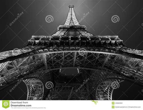 de toren van eiffel  parijs bij nacht redactionele