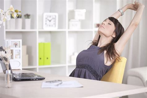 au bureau lab e au bureau étirement des bras
