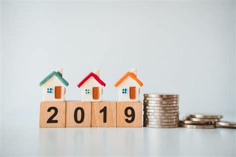 casa e affari la casa miniatura sulla pila conia con l anno di blocco