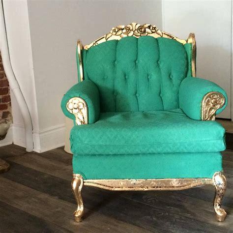 peindre un canapé en tissu remettre un vieux fauteuil au goût du jour avec de la peinture