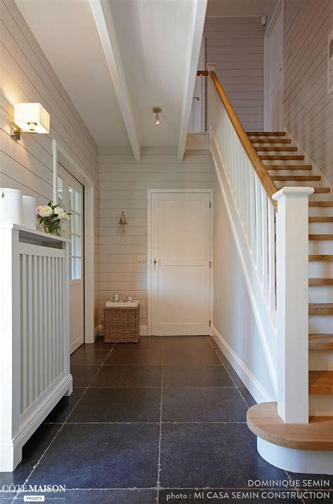 une entree tout en simplicite avec ses murs blancs  son